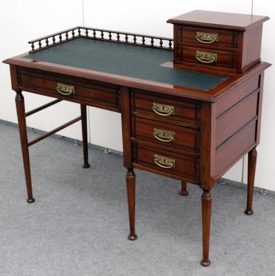 лот №F000153 Письменный стол в стиле модерн