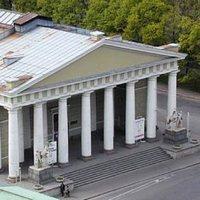 Конногвардейский манеж - место проведения ежегодной антикварной выставки